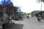 Menjelang peringatan Yakawiyu di Jatinom, Klaten, sejumlah pedagang di Karanganom, memanfaatkan keramaian itu dengan mendirikan kios di sepanjang jalan Kecamatan Karanganom. Foto diambil Senin (17/12/2012). (Iskandar/JIBI/SOLOPOS)