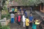 PUTING BELIUNG: Warga Jatiroto Gotong Royong Perbaiki Rumah