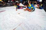 Para siswa SDN Nayu Barat 2 Solo ajar nulis aksara Jawa ing wewengkon Jl Slamet Riyadi, Solo, sawetara wektu kapungkur. Adicara iki kanggo ngleluri aksara Jawa minangka perangan baku wulangan basa Jawa ing sekolahan.