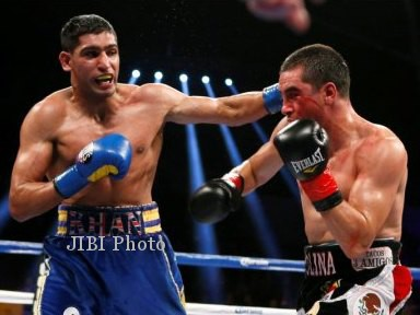 Amir Khan of Britain (L) lands a punch on Carlos Molina during their WBC Silver Super Lightweight title bout in Los Angeles, California, December 15, 2012. REUTERS/Lucy Nicholson (UNITED STATES - Tags: SPORT BOXING)