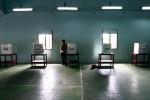 Petugas menyiapkan bilik suara di tempat pemungutan suara Balai Desa Pare, Kecamatan Selogiri, Kabupaten Wonogiri, Selasa (18/12). Pemilihan kepada desa (Pilkades) Kabupaten Wonogiri diikuti 194 calon kepala desa (kades) dari 88 desa. (JIBI/SOLOPOS/Dwi Prasetya)