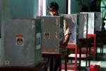 Petugas menyiapkan bilik suara di tempat pemungutan suara Balai Desa Pare, Kecamatan Selogiri, Kabupaten Wonogiri, Selasa (18/12). Pemilihan kepada desa (Pilkades) Kabupaten Wonogiri diikuti 194 calon kepala desa (kades) dari 87 desa. (JIBI/SOLOPOS/Dwi Prasetya)