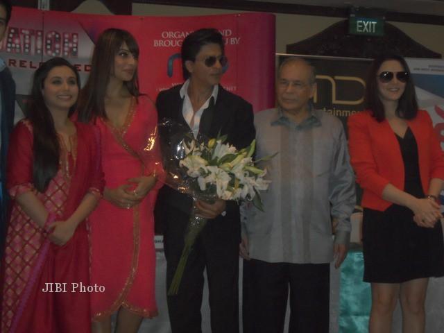 (Kiri ke kanan) Rani Mukherjee, Bipasha Basu, Shahrukh Khan, Preity Zinta (kanan) berfoto bersama saat jumpa pers, Jumat (7/12/2012). (Dewi Andriani/JIBI/Bisnis)