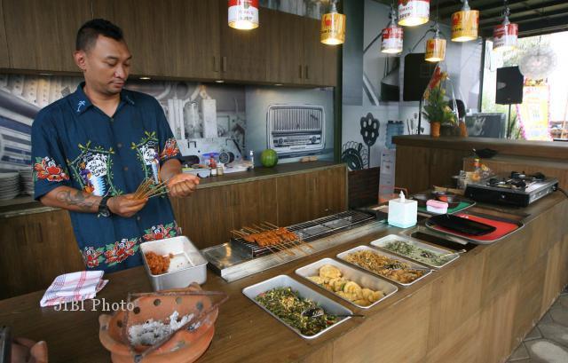 Chef Haryo unjuk kebolehan dalam memasak saat acara pembukaan cafe Tiga Tjeret di Jl Ronggowarsito (depan Mangkunegaran) Solo, Minggu (30/12/2012). (Sunaryo Haryo Bayu/JIBI/SOLOPOS)