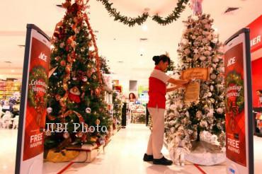 Karyawati merapikan hiasan pohon Natal di Ace Hardware Solo Paragon Mall, Selasa (11/12/2012). Jelang Natal, berbagai pernak-pernik hiasan pohon Natal mulai diserbu pengunjung.