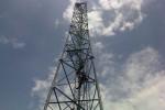 Perempuan muda yang mengaku bernama Erna, 37, warga Tanah Abang, Jakarta, memanjat menara tower setinggi 30 meter di Dukuh Kalikiring, Desa Kragilan, Kecamatan Mojosongo, Kabupaten Boyolali, Kamis (27/12/2012). (Septhia Ryanthie/JIBI/SOLOPOS)