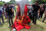 Anggota dan simpatisan PDIP Sragen membakar berbagai kaos dan berabagai atribut partai saat aksi di Alun-alun Sragen, Selasa (4/12/2012). Aksi tersebut sebagai bentuk kekecewaan atas kepemimpinan Ketua DPC PDIP Sragen Bambang Samekto, mereka juga menyatakan mundur dari keanggotaan partai (JIBI/SOLOPOS/Burhan Aris Nugraha)