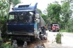 Truk pengangkut cuka yang terperosok di bahu jalan ruas jalur lingkar utara Boyolali, Senin (10/12/2012). Truk tersebut mengalami rem blong. (Septhia Ryanthie/JIBI/SOLOPOS)