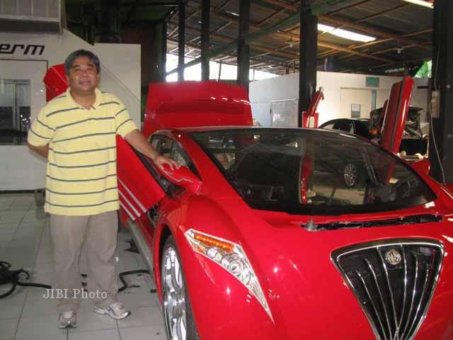 Danet Suryatama dan mobil Tucuxi karyanya (JIBI/Harian Jogja/dok)