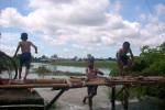 Tiga anak dari Tambas, Kismoyoso, Ngemplak asyik berenang di sawah milik warga yang tergenang banjir di Jl Raya Ngemplak-Pandeyan RT 003/006, Pandeyan, Ngemplak, Boyolali, Selasa (1/1/2013). (JIBI/SOLOPOS/Mahardini Nur Afifah)