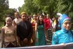 Siswa SMA Bhineka Karya 2 Boyolali, Rabu (2/1/2013), mengenakan pakaian adat saat mengikuti pawai di Jl Nanas, Siswodipuran, Boyolali. Pawai itu dalam rangka Lustrum ke-7 SMA tersebut. (JIBI/SOLOPOS/Oriza Vilosa)