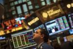 Seorang pialang mengamati layar monitor di bursa saham New York. (JIBI/SOLOPOS/Reuters)
