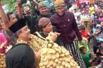 Antusiame Warga saat berebut apem yang dibagikan oleh Bupati Boyolali, Seno Samodro di Pelataran Masjid Cipto Mulyo, Jumat (4/1/2013).  (JIBI/SOLOPOS/Mahardini Nur Afifah)