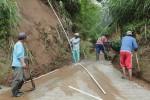 Warga Jrakah memperbaiki jaringan pipa yang rusak akibat longsor. (JIBI/SOLOPOS/Oriza Vilosa)