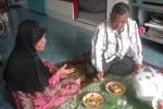 Djoko Raharjo dan istrinya menikmati makan siang di rumahnya, di Serengan, Solo, Rabu (9/1/2013). Untuk berbelanja bahan makanan, mereka memiliki pedagang langganan yang dipercaya.