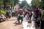 SWADAYA WARGA: Jalan Antardesa Rusak Berat, Warga Jampen Gotong-Royong Merehab