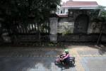 Pengendara motor melintas disamping pagar Sriwedari, Solo, beberapa waktu lalu. (Burhan Aris Nugraha/JIBI/SOLOPOS)
