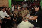 Gubernur DKI Jakarta, Joko Widodo (Jokowi), wawangunem kalawan warga Kelurahan Bukit Duri, Jakarta Selatan, Slasa, 16 Oktober 2012.