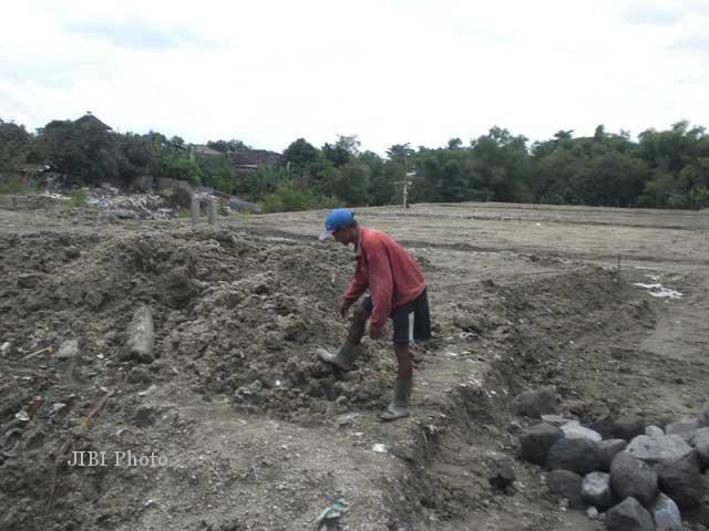 Salah seorang pekerja membereskan tanah uruk di kompleks perumnas Palur, Ngringo, Jaten, Karanganyar. Foto diambil pada Senin (28/1/2013). (JIBI/SOLOPOS/Iskandar)