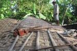 RUMAH AMBRUK : Tertimpa Reruntuhan, Nenek-nenek Alami Patah Kaki