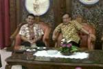 Ketua Dewan Pembina DPP Partai Golkar, Akbar Tanjung [kanan] berbincang dengan Bupati Wonogiri, Danar Rahmanto, saat mengunjungi Wonogiri, Rabu (30/1/2013). (Tika Sekar Arum/JIBI/SOLOPOS)