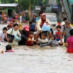 Warga menggunakan perahu buatan mengevakuasi korban banjir di kawasan kampung Melayu Besar, Casalanca, Jakarta Selatan