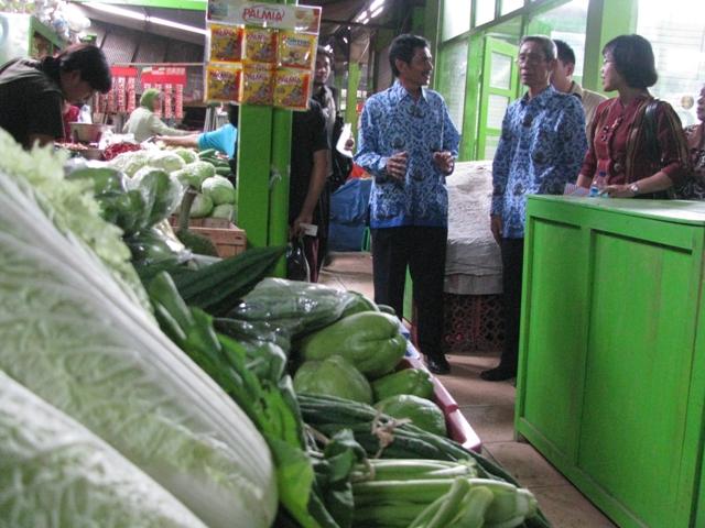 Petugas Dinas Pasar Sleman meninjau Pasar Pakem, Kamis (17/1/2013). (JIBI/Harian Jogja/Garth Antaqona)