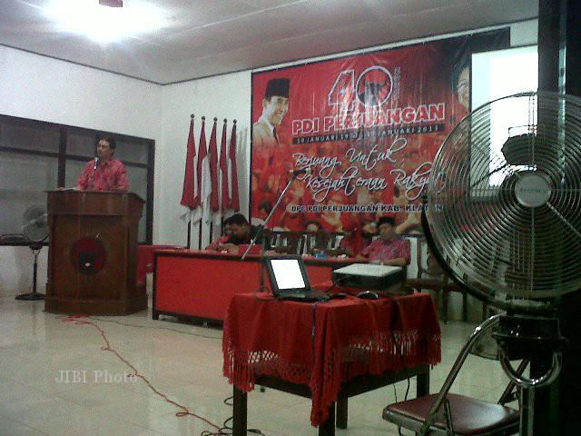 Ketua DPC PDI Perjuangan Klaten, Agus Riyanto, memberikan sambutan dalam peringatan HUT ke-40 partai berlambang benteng itu di sekretariat DPC setempat, Rabu (9/1/2013) malam. (Moh Khodiq Duhri/JIBI/SOLOPOS)