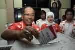 Ilham Arief Sirajuddin (kiri) bersama istri, Aliyah Mustika, saat melakukan pencoblosan, 2013 lalu. (Paulus Tandi Bone/JIBI/Bisnis)