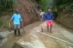 Warga di Desa Lencoh, Kecamatan Selo, Boyolali bergotong royong meembenahi pipa-pipa saluran air yang terputus akibat tanah longsor, Minggu (6/1/2013). (Oriza Vilosa/JIBI/SOLOPOS)