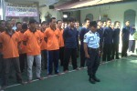 Nara pidana dan tahanan di Rutan kelas II B Boyolali,  mengikuti upacara, Jumat (11/1/2013). Setelah itu, mereka mengikuti dzikir bersama. Kegiatan itu digelar secara serentak di seluruh Rutan di Indonesia sekaligus sebagai refleksi 2012 untuk menyambut 2013. (Oriza Vilosa/JIBI/SOLOPOS)