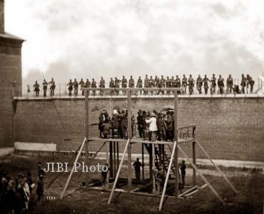 Pelaksanaan hukuman mati terhadap Mary Surratt, Lewis Powell, David Herold, dan George Atzerodt. (thinkorthwim.com)