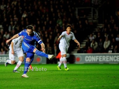 Chelsea's Frank Lampard scores a penalty during their FA Cup soccer