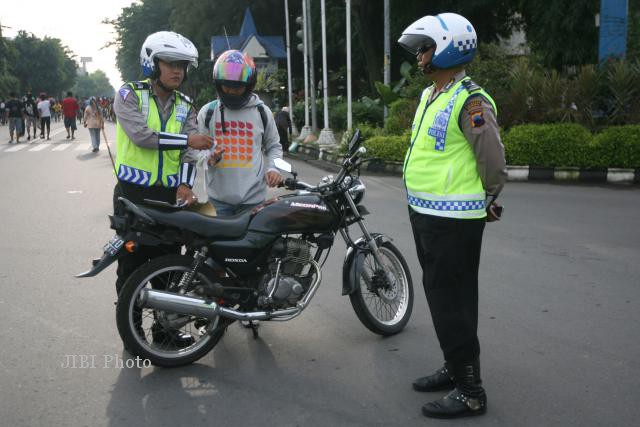 Ilustrasi polisi memberikan tilang kepada pelanggar peratusan lalu lintas (JIBI/Solopos/Dok.)