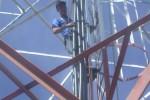 KISAH UNIK : Hanya Ditawari Rokok, Pria Polah Pemanjat Tower Ini Bersedia Turun
