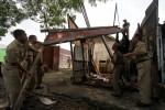 Petugas Dinas Pengelolaan PKL bersama Satpol PP Kota Solo membongkar lapak PKL di Jalan Juanda, Pucang Sawit, Jebres, Solo, Selasa (5/2/2013). (Burhan Aris Nugraha/JIBI/SOLOPOS)