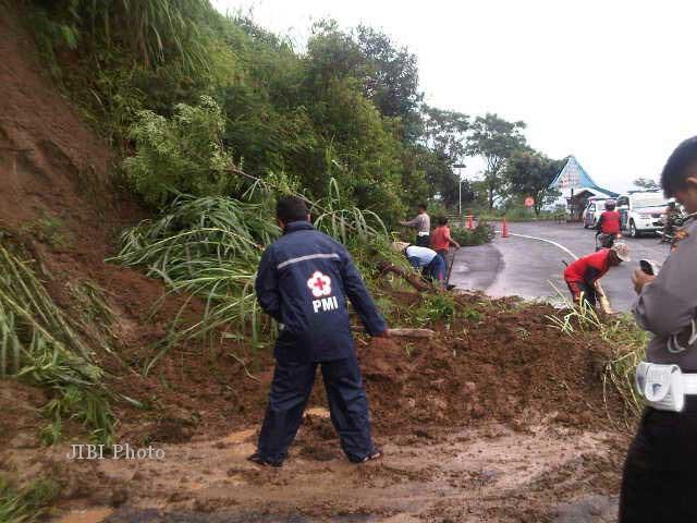 Warga dan petugas berupaya membersihkan tanah longsor yang menutup jalur Solo-Selo-Borobudur di wilayah Kecamatan Cepogo, Boyolali, yaitu di tikungan Irung Petruk, Jumat (15/2/2013). (JIBI/SOLOPOS/Septhia Ryanthie)