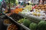 Pedagang menata buah lokal dan buah impor yang dijual di Pasar Gede Solo, Senin (18/2/2013). (Burhan Aris Nugraha/JIBI/SOLOPOS)