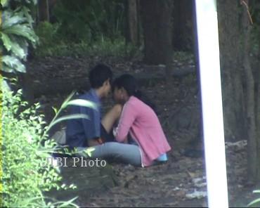 Warga geram merekam aksi dua remaja yang berbuat mesum di Hutan Kota Klaten, Senin (25/2/2013). (JIBI/SOLOPOS/Istimewa/Sudirin)