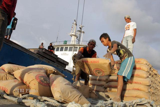 Pemerataan Distribusi Semen Indonesia Gunakan Kapal Laut
