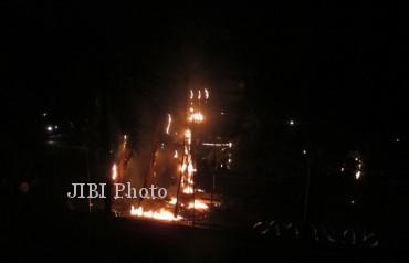 Trafo listrik depan Griya SOLOPOS, Jumat (15/2/2013) meledak. (A Mufid Aryono/JIBI/SOLOPOS)