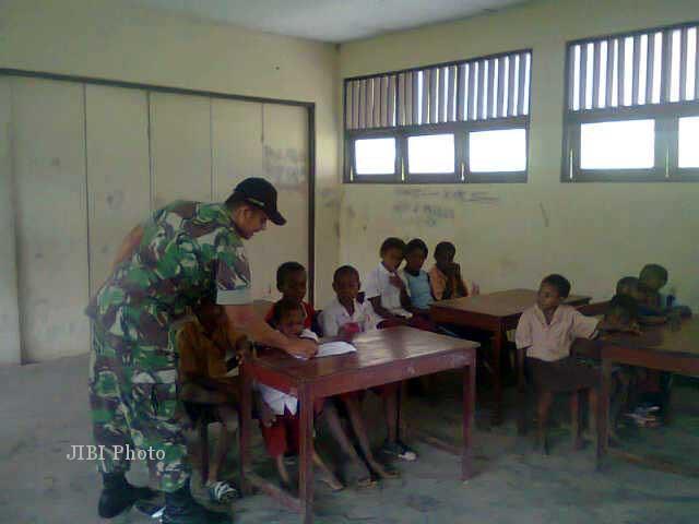 Seorang personel Yonif 408/Suhbrastha tengah mengajar anak-anak di sebuah sekolah di Papua, sebagai salah satu tugas pengabdian masyarakat di samping melaksanakan tugas utama melakukan pengamanan perbatasan Indonesia-Papua Nugini. (yonif-408-suhbrastha.blogspot.com)