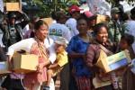 Kaum dhuafa antre mendapatkan paket sembako gratis dalam acara Solo Berbagi Rayakan Lebaran, di Lapangan Kota Barat, Solo, beberapa waktu lalu.