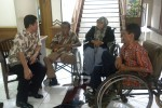 Para penyandang paraplegia menemui Ketua DPRD Solo YF Sukasno (paling kiri) menuntut jamkesmas dan santunan. (JIBI/SOLOPOS/Taufiq Sidik Prakoso)
