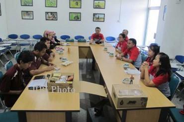 Jajaran manajemen JNE (kanan) saat bertandang ke kantor redaksi Grup Media SOLOPOS dan ditemui sejumlah awak redaksi, Selasa (26/3/2013). (JIBI/SOLOPOS/Is Ariyanto)