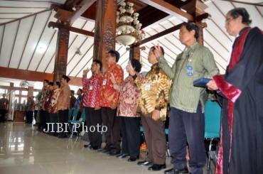 Para kepala dan pengawas sekolah mengucapkan sumpah jabatan dalam upacara pelantikan di Pendapa Rumah Dinas Bupati Karanganyar, Kamis (28/3/2013). (JIBI/SOLOPOS/Bony Eko Wicaksono)