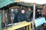 Pemimpin Korea Utara, Kim Jong-un, memperhatikan sejumlah unit pasukan Tentara Rakyat Korea melakukan pendaratan pantai dalam sebuah latihan militer di wilayah pantai timur awal pekan ini. Korut dalam beberapa waktu terakhir terus meningkatkan ancaman untuk menyerang Korsel dan AS. (JIBI/SOLOPOS/Reuters)
