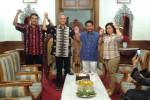 Calon Gubernur dari PDIP, Ganjar Pranonowo (dua dari kiri), bersama Bupati Klaten, Sunarna (ketiga dari kiri), Ketua DPC PDIP Klaten, Agus Riyanto (paling kiri) dan Wakil Bupati Klaten, Sri Hartini (kanan). foto diambil Selasa (12/3/2013). (JIBI/SOLOPOS/Asiska Riviyatuti)