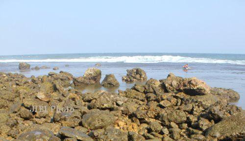 Batu-batu berserakan di Pantai Waru . Foto diambil Juni 2011.  (Dok/JIBI/SOLOPOS)