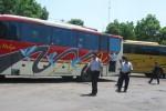 Petugas gabungan Dishub Jateng dan Sukoharjo meneliti surat-surat dan kelaikan jalan bus antarkota antarprovinsi di Terminal Sukoharjo Kota di Lingkungan Sanggrahan, Kelurahan Joho, Sukoharjo, Rabu (20/3/2013). (JIBI/SOLOPOS/Trianto HS)